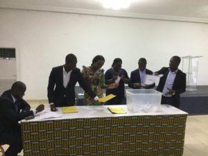Le Préfet de région de la Bagoué présentant le nom du village d'une sous-préfecture du Tchologo qu'il vient de tirer au sort