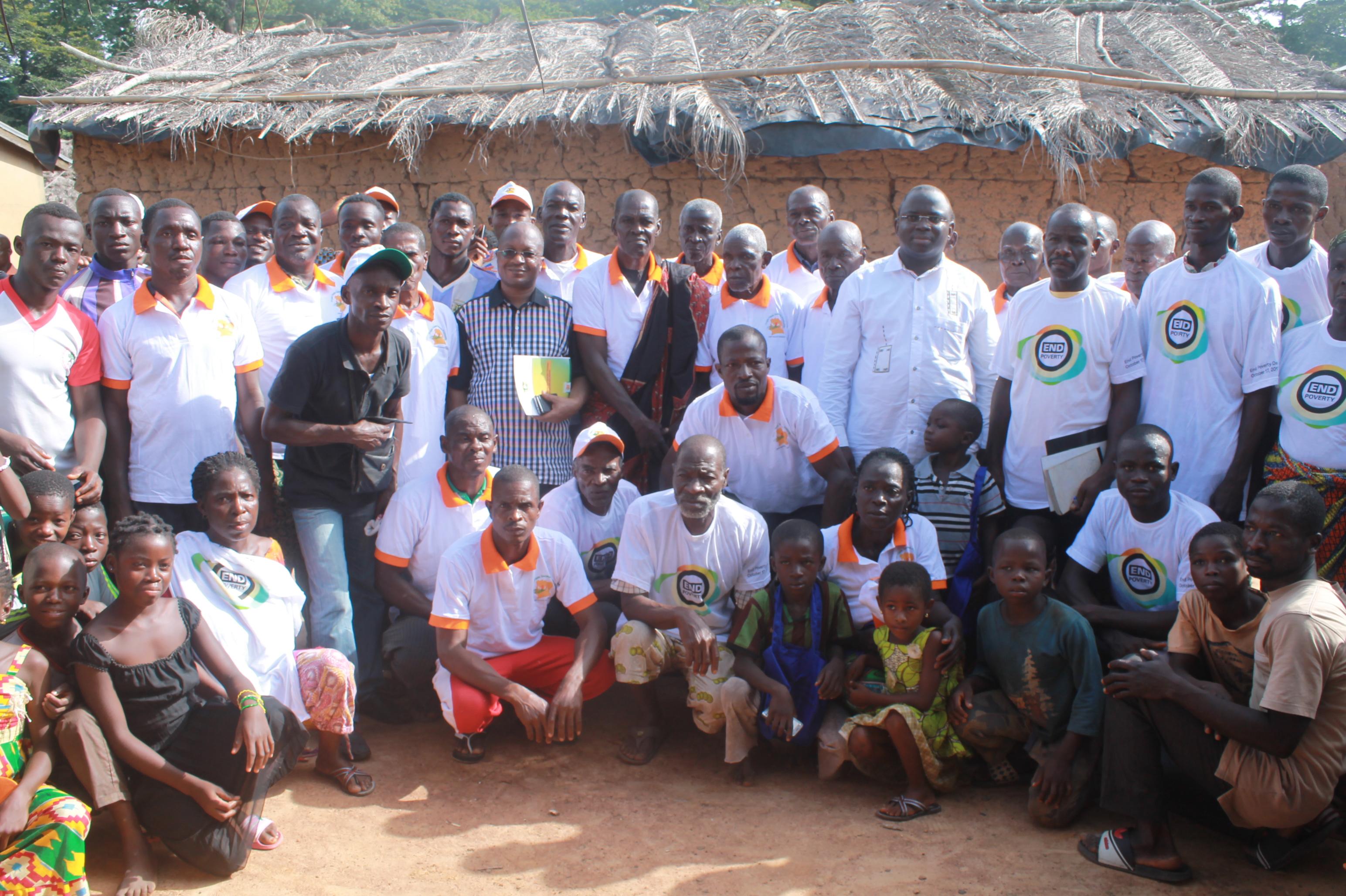 Photo de famille de la visite de terrain à Adikro